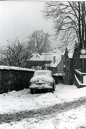 In diesen Tagen der Diskussion um den beschädigten Abwasserkanal am Heckerplatz haben wir mal ein lates Bild aus einem Winter herausgesucht. Ist das ein Borgward Hansa  Mitte der 50er Jahre?